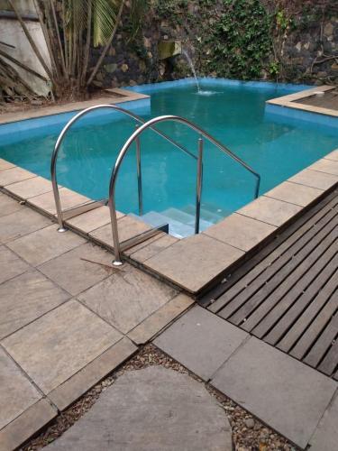 Instalação corrimão em inox para piscina - JPG Corrimão
